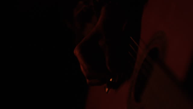 strumming guitar at bonfire - falò spiaggia video stock e b–roll