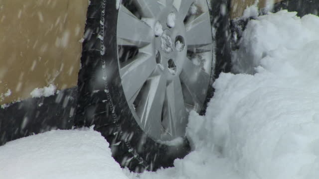 vídeos y material grabado en eventos de stock de hd: atrapado en la nieve - nieve amontonada