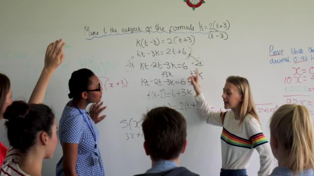 elev och lärare arbetar tillsammans - whiteboardtavla bildbanksvideor och videomaterial från bakom kulisserna