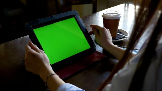 studenten in der bibliothek lesen und studieren auf einem green-screen-tablet-pc und kaffeetrinken - tablet mit displayinhalt stock-videos und b-roll-filmmaterial