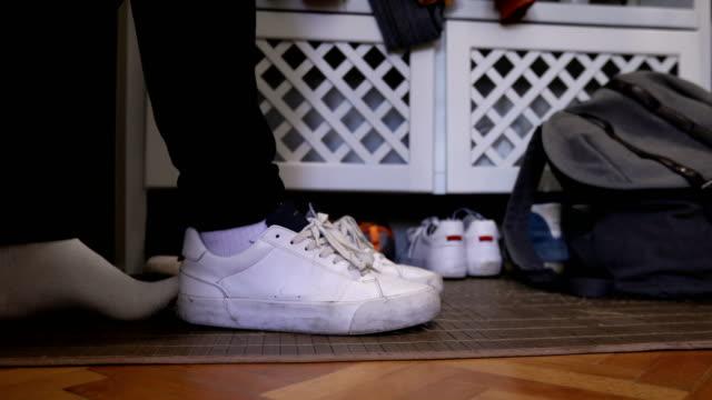 学生が帰宅 - 靴点の映像素材/bロール