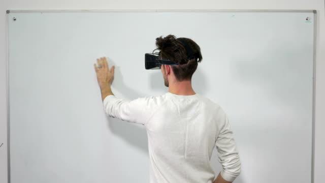 stockvideo's en b-roll-footage met student invoeren van virtuele werkelijkheid wereld met een vr bril en met behulp van interactief whiteboard - new world