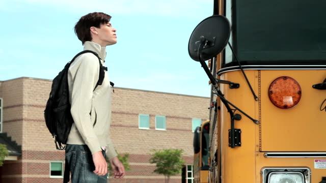 vídeos de stock e filmes b-roll de bater à porta de autocarro aluno - door knock