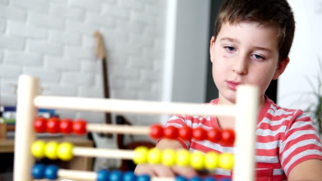stockvideo's en b-roll-footage met student leren hoe te tellen - schooljongen