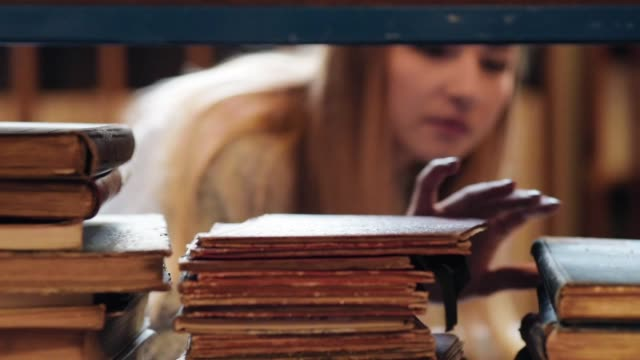 student auf der suche nach lernmaterial - literatur stock-videos und b-roll-filmmaterial