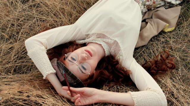 Estudiante o escritor en el concepto de naturaleza - vídeo