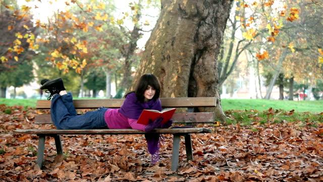 student reading on bench - ligga på mage bildbanksvideor och videomaterial från bakom kulisserna