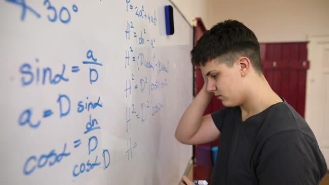 vídeos y material grabado en eventos de stock de estudiante resolviendo problemas matemáticos - clase de matemática