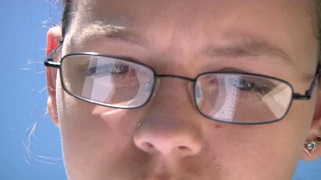 student studying - endast en tonårsflicka bildbanksvideor och videomaterial från bakom kulisserna