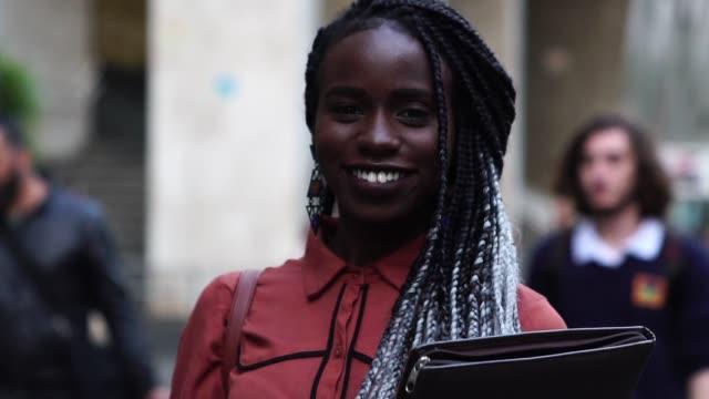 stockvideo's en b-roll-footage met student universiteit camera kijken - afro amerikaanse etniciteit