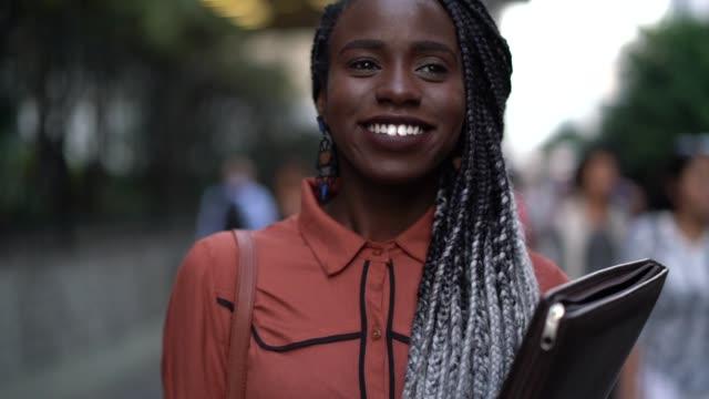 student universitet i farten - formella kontorskläder bildbanksvideor och videomaterial från bakom kulisserna