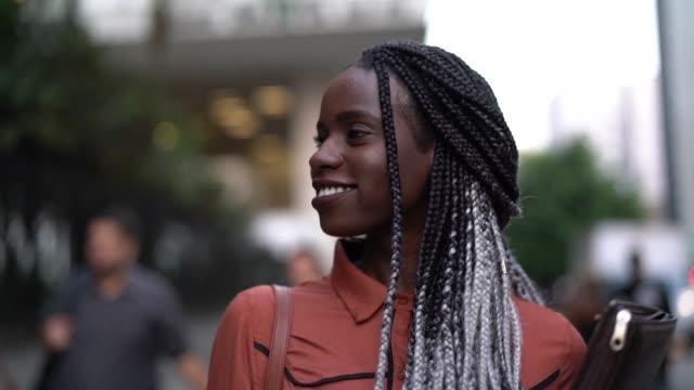 stockvideo's en b-roll-footage met student universiteit voor onderweg - zwart haar