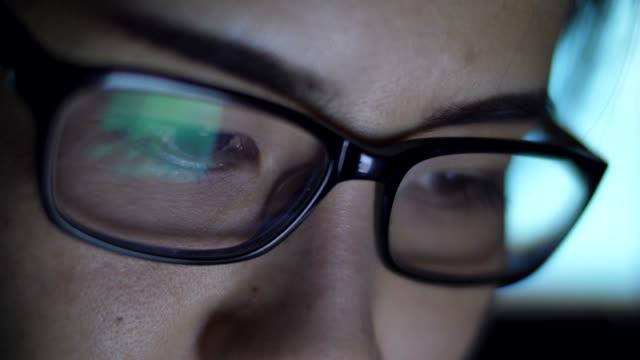 student auf bildschirm, reflexion in gläsern - überprüfung stock-videos und b-roll-filmmaterial