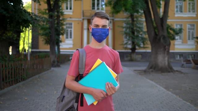 uczeń noszący ochronną maskę na twarz w szkole - przybory szkolne filmów i materiałów b-roll