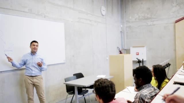 élèves et enseignants au tableau blanc dans la salle de conférence - Vidéo