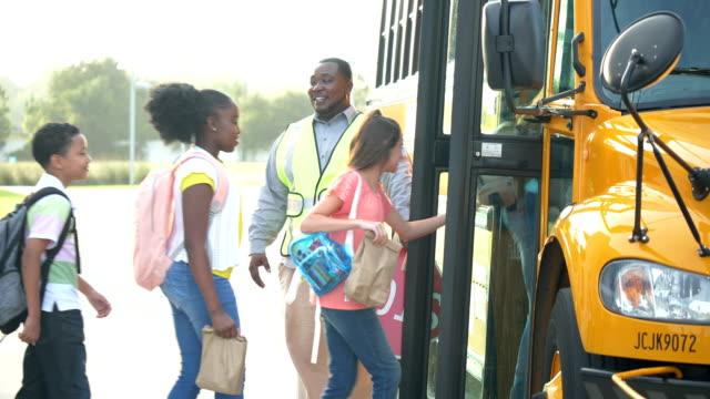 vídeos y material grabado en eventos de stock de autobús de estudiantes y profesores de internado - autobuses escolares