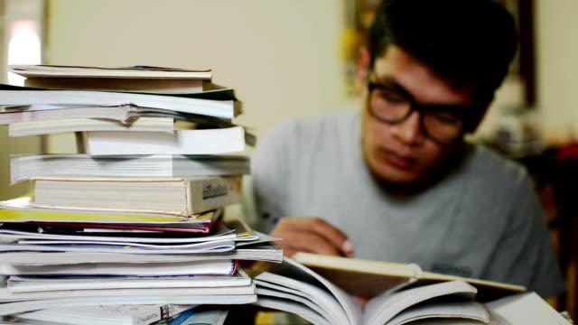 学生は、読書ます。 ビデオ