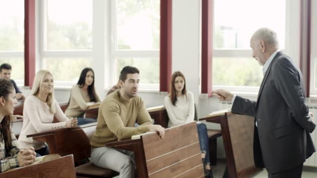 Étudiants en salle de classe - Vidéo