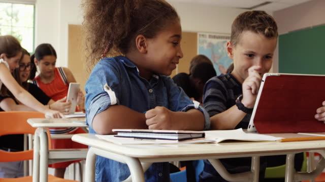 学生が学校 4 K スローモーション教室タブレットに戻る ビデオ