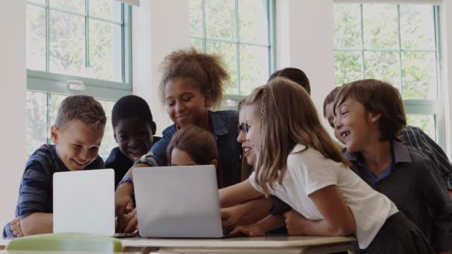 studenten zurück zur schule montage 4k zeitlupe klassenzimmer tablet - grundschule stock-videos und b-roll-filmmaterial