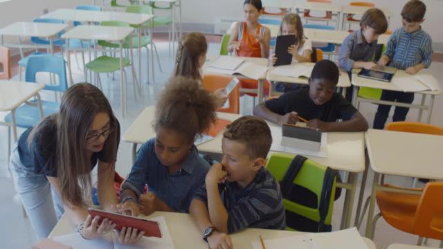 vidéos et rushes de élèves à l'école montage 4k ralenti comprimé en classe - élève