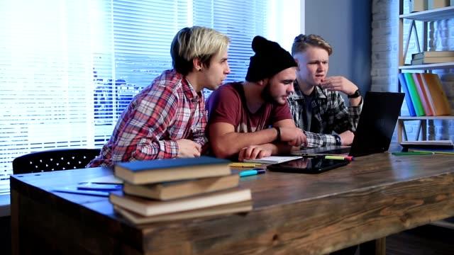 Studierende, die prüfen Prüfungsergebnisse auf Laptop-computer – Video