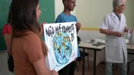 istock Students doing a presentation about environmental issues - There is no planet B (in Portuguese) 1285304759