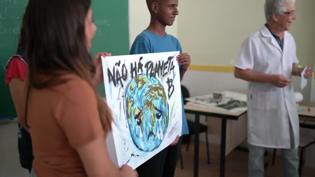 Students doing a presentation about environmental issues - There is no planet B (in Portuguese)