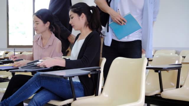 Los estudiantes entran al salón de clases. - vídeo
