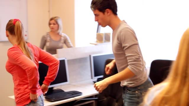 Studenten gehen aus dem Klassenzimmer. – Video