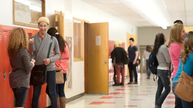 vídeos de stock, filmes e b-roll de alunos pendurar no corredor - armário com fechadura