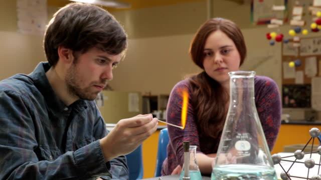 students in chemistry lab - bunsen beki stok videoları ve detay görüntü çekimi