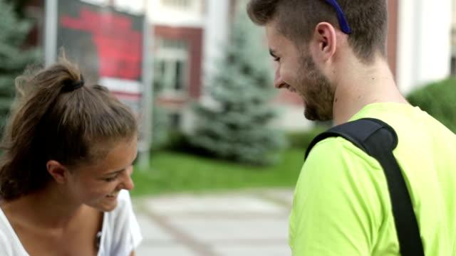 studenten lachen - vorlesungsfrei stock-videos und b-roll-filmmaterial