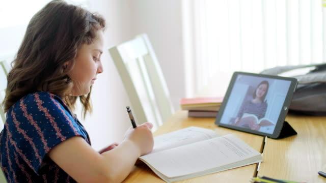 stockvideo's en b-roll-footage met studenten leren via computer at home - online leren