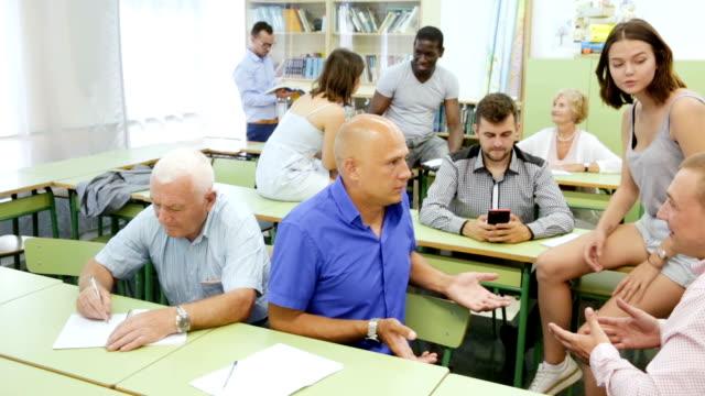 alunos sentados na sala de aula - vídeo