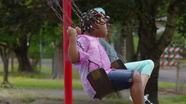 studenten swing auf schulhof - kinderspielplatz stock-videos und b-roll-filmmaterial