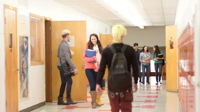 vídeos de stock, filmes e b-roll de alunos falando e caminhada - armário com fechadura