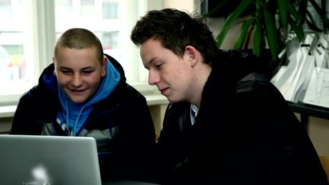 Studenten sprechen und Blick auf einen laptop – Video