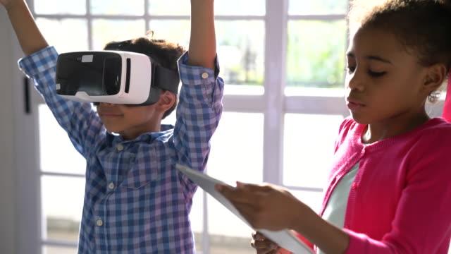 studenti che utilizzano le tecnologie in classe - scoprire nuovi terreni video stock e b–roll
