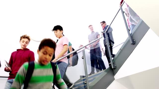 stockvideo's en b-roll-footage met studenten lopen onderaan de trap van een school - schooljongen