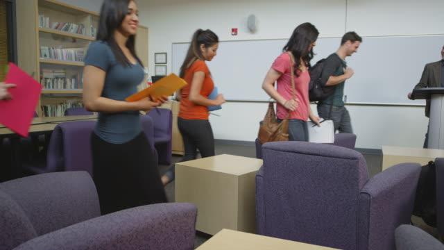 Estudiantes caminar juntos en un estudio de - vídeo