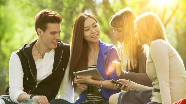 Estudiantes trabajando juntos - vídeo
