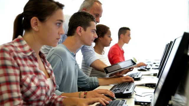 studenti che lavorano sul computer - apprendista video stock e b–roll