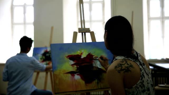 Studenten arbeiten an Malerei – Video