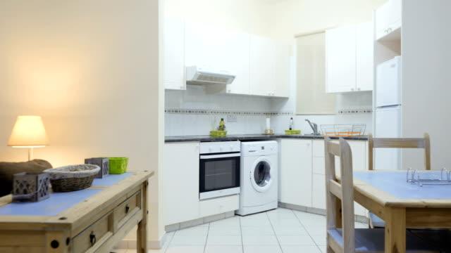 monolocale con cucina che si trasforma in camera - piccolo video stock e b–roll