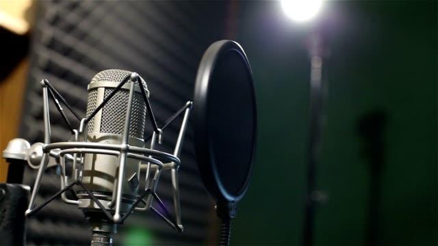 studioaufnahmen, professionelles mikrofon im aufnahmestudio, nahaufnahme - aufnahmestudio stock-videos und b-roll-filmmaterial