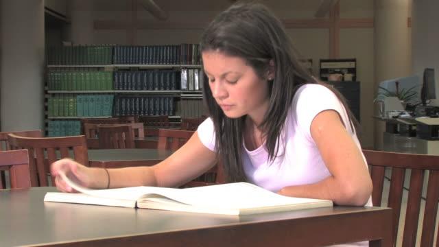 Studieren in der Bibliothek (HD – Video
