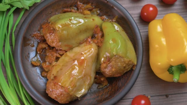 vídeos de stock e filmes b-roll de stuffed bell peppers with meat,rice and vegetables - paprica