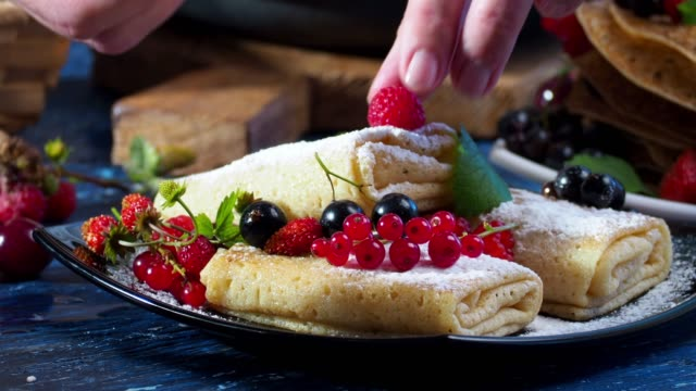 stuffed crepes with fresh berries - dolci video stock e b–roll