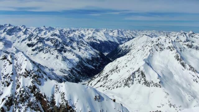 schrankogel 山 (3497m) の頂上のすぐ下に・シュトゥーバイアルプス山脈の見事な空中ドローンパノラマ映像。・シュトゥーバイアルプスは、ヨーロッパの中央東アルプスのオーストリアに位置し� - チロル州点の映像素材/bロール